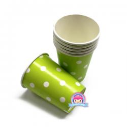 Zielone kubki papierowe w kropki