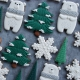 Stojący Miś w świątecznym szaliku